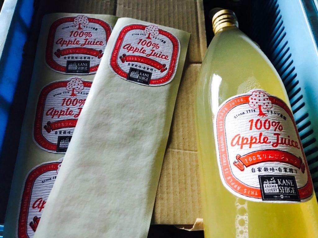 """カネシゲ農園では りんごジュースの """"検品"""" """"ラベル貼り"""" """"梱包"""" まで すべて自分達の手で行っています。"""
